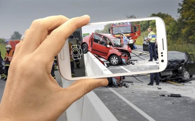 Фотографируешь ДТП - штраф 150 евро и месяц без водительских прав