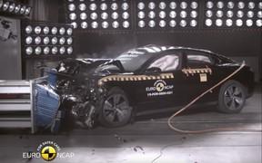 И снова Tesla против Porsche! Кто безопаснее на краш-тесте? Видео