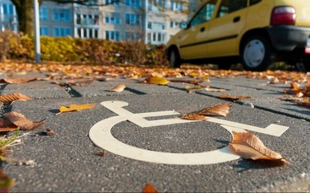 Инспекторы по парковке смогут штрафовать за остановку на местах для людей с инвалидностью