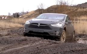 Из князи в грязи. Кроссовер Tesla Model X прогнали по бездорожью. ВИДЕО