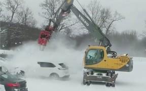 Как сдуло. Трактор Volvo быстро очистит машину от снега. ВИДЕО