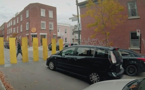 Как за каменной стеной? В Канаде нестандартно привлекли внимание к безопасности пешеходов. ВИДЕО