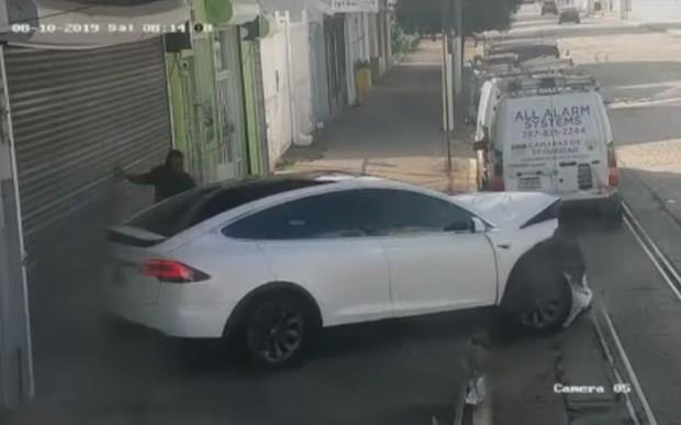 Кроссовер Tesla Model X «слетел с катушек» посреди улицы. ВИДЕО