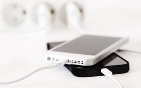 Лайфхак: как сохранить зарядку для iPhone