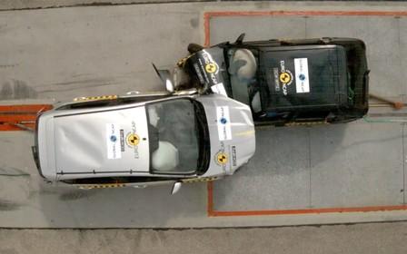Лоб в лоб: старый и новый Ford Fiesta столкнули в краш-тесте. ВИДЕО