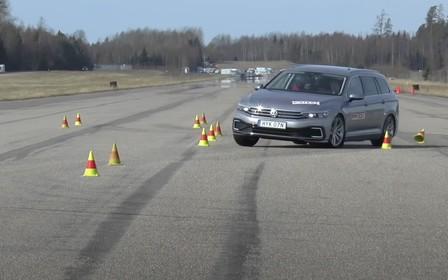 Лосі в шоці! Skoda Superb і Volkswagen Passat провалили тест на керованість. ВІДЕО