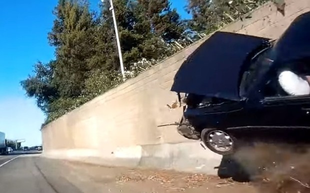 «Мерседес» устроил грандиозное ДТП, врезавшись в бетонное ограждение. ВИДЕО
