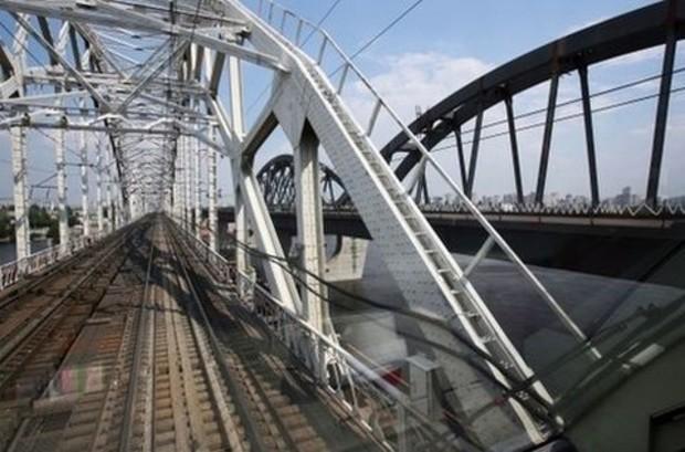 На автомобильном съезде с Дарницкого моста установлено больше половины опор