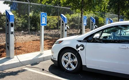 На парковках планируют обязательно устанавливать зарядки для электромобилей