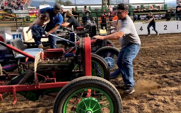 На старт, внимание, хрю! В США прошли гонки на старых «Фордах» со свиньями в обнимку. ВИДЕО