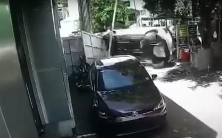 Не отходя от кассы. Volkswagen Polo разбили через несколько секунд после покупки. ВИДЕО