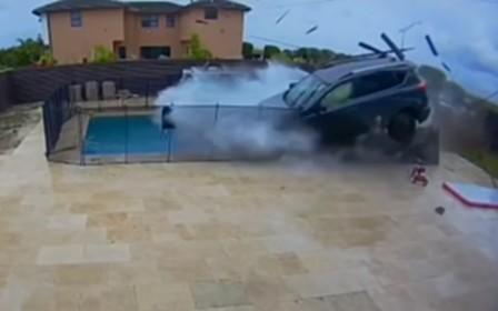 Неуправляемый Toyota RAV4 влетел в бассейн у жилого дома. ВИДЕО