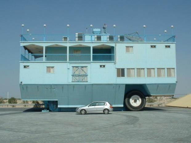 Newell построила дворец на колесах