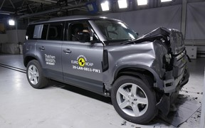 Новый Land Rover Defender разбили на отлично