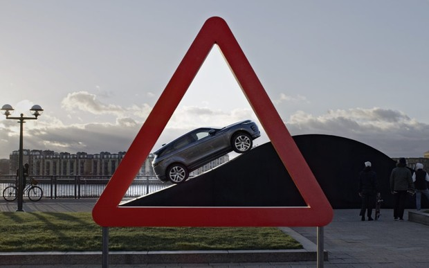Новый Range Rover Evoque воспроизвел изображения с дорожных знаков