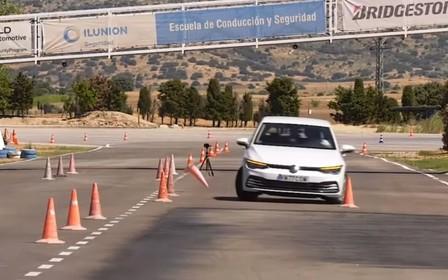 Новый Volkswagen Golf со скрипом прошел лосиный тест. ВИДЕО