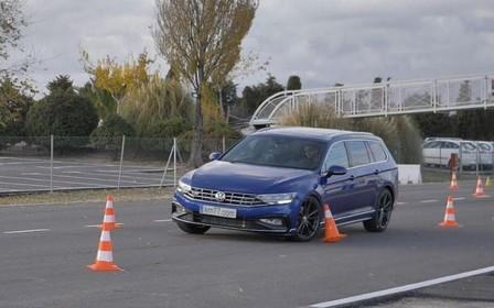 Новый Volkswagen Passat взбодрил испытателей на «лосином» тесте. ВИДЕО