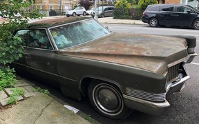 Он же памятник! В Нью-Йорке эвакуировали Cadillac, стоявший на улице 25 лет