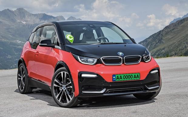 ОПРОС: нужны ли электромобилям специальные номерные знаки или таблички?