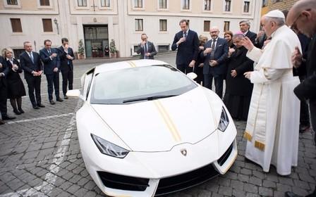 Папа Римский решил продать свой Lamborghini Huracan