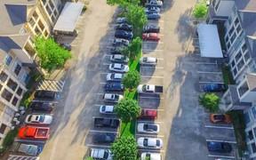 Парковка «под окнами» пока останется бесплатной — мэрия