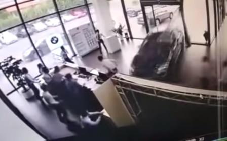 Перепутала педали: женщина разрушила дилерский центр на BMW X1. ВИДЕО