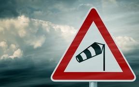 Перевернутые грузовики и вырванные знаки. Порывы ветра в Украине достигают 123 км/ч.