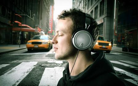 Пішоходів, які користуються телефонами і навушниками на переходах, пропонують штрафувати