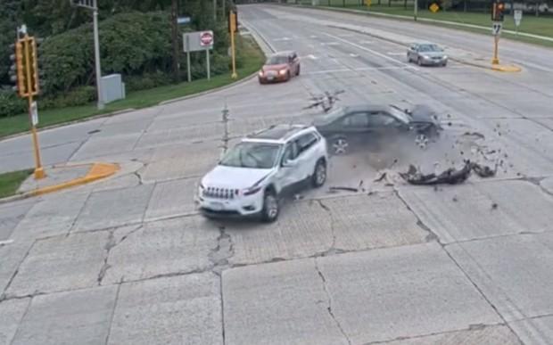 Подъем с переворотом. Jeep Cherokee устроил жуткое ДТП на перекрестке. ВИДЕО