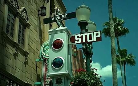 Подумай на червоному. Що старше – авто чи світлофор?