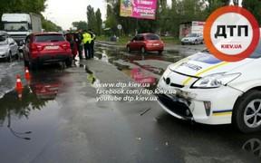 Полицейский Toyota Prius разбил две машины в Киеве