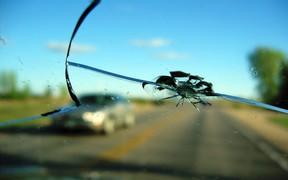 Появилась трещина на лобовом стекле – что делать?