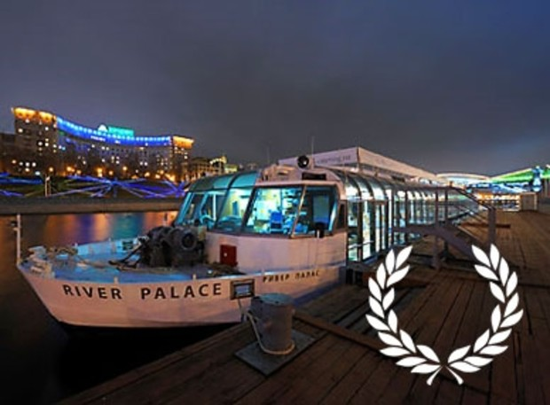 River Palace отбуксирован с набережной