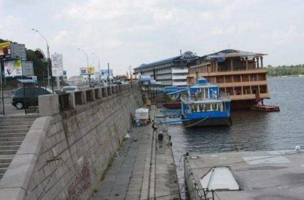 С киевской набережной демонтировали «Мандарин»