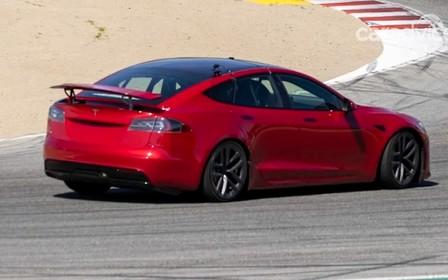 «Заряджений» Tesla Model S обкатують на трасі. ВІДЕО