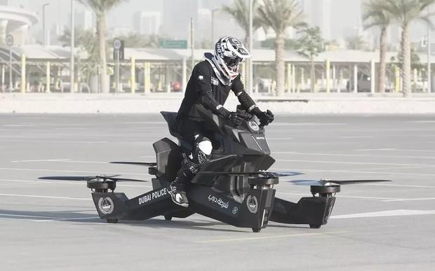 Стой, летать буду! Полицию Дубая пересаживают на ховербайки. ВИДЕО