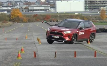 Toyota RAV4 не впорався з лосиним тестом. Знову! ВІДЕО
