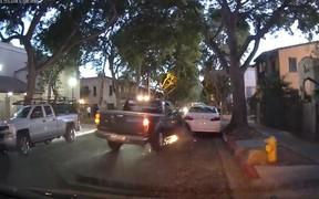 Уйти на трех колесах. Пикап устроил аварию на парковке и попытался скрыться. ВИДЕО
