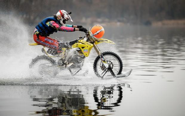 Украинец проехал 5 километров по воде на мотоцикле
