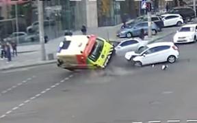 В Киеве легковушка протаранила и перевернула карету «неотложки». ВИДЕО