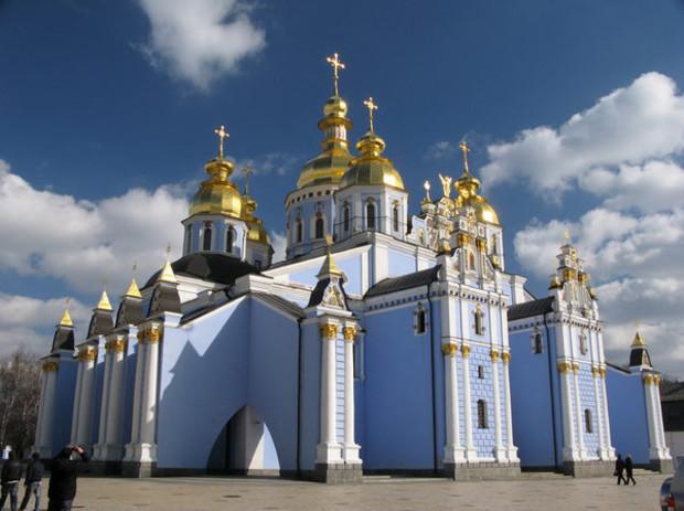 В Киеве неизвестные раскапывают Дмитриевский монастырь