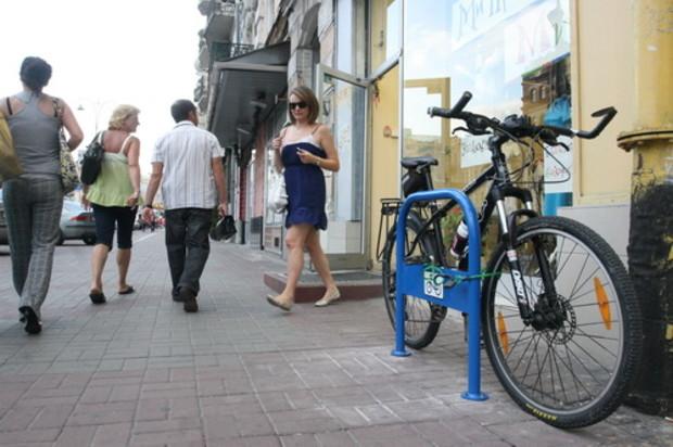 В Киеве появилась первая велопарковка