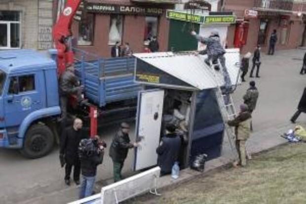 В Киеве продолжают демонтировать незаконно установленные ларьки