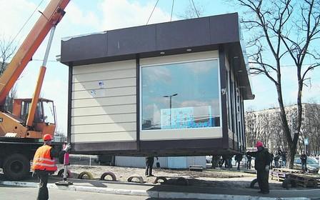 В Киеве продолжают демонтировать незаконные сооружения