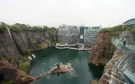 В Китае построили отель в заброшенном карьере