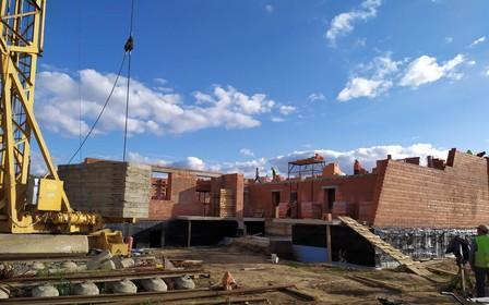 В ЖК 9 район продолжается строительство первых секций