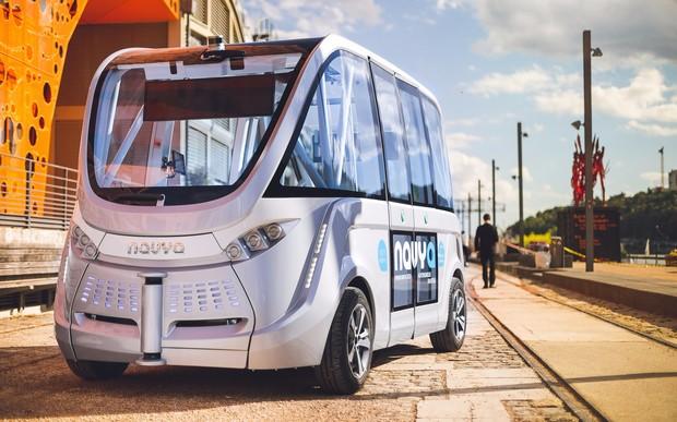 Видео: беспилотный автобус попал в ДТП в первый час своей работы