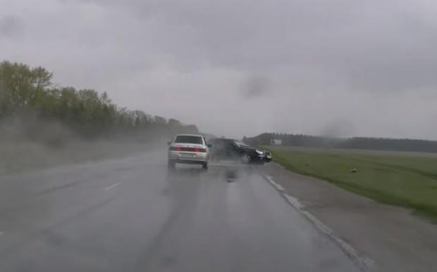 ВИДЕО: мокрые дороги в холодную погоду особо опасны