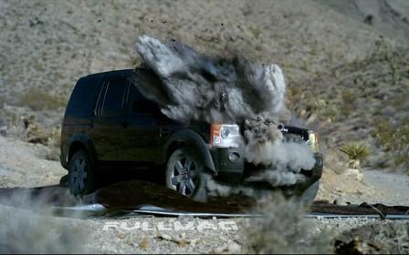 Внедорожник Land Rover «утилизировали» при помощи танка и гранатомета. ВИДЕО