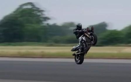Вперед ногами. Мотоцикліст встановив незвичайний рекорд швидкості. ВІДЕО